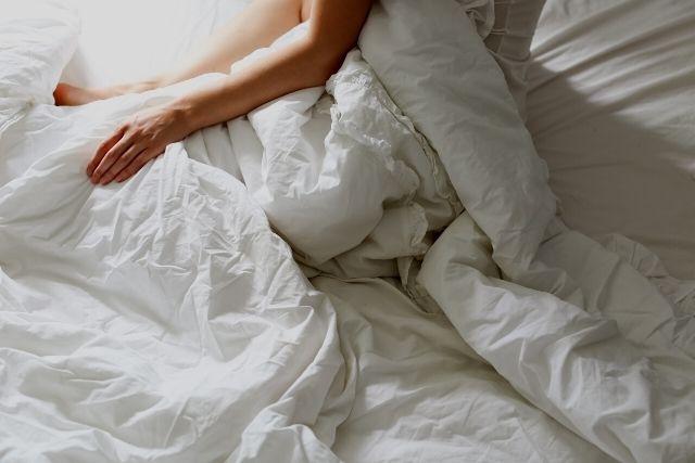 服を脱がされる人妻